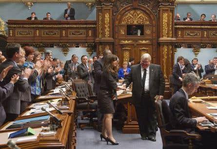 Au Québec, le projet de loi sur l'aide à mourir a fait l'objet d'un vote libre. Ci-dessus, l'Assemblée nationale applaudit la péquiste Véronique Hivon et le libéral Gaétan Barrette après l'adoption.
