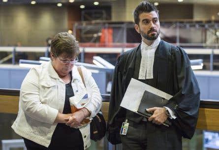 Diane Blanchette, la sœur de Denis Blanchette, tué par Richard Henry Bain le 4 septembre 2012, à la sortie de la salle d'audience du palais de justice de Montréal avec le procureur de la Couronne Dennis Galiatsatos, mardi