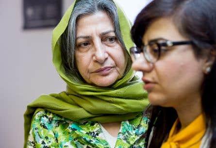 En compagnie de sa fille Sahar, Roghayeh Azizi Mirmahaleh a tenu une conférence de presse lundi pour implorer Ottawa de surseoir à son renvoi.