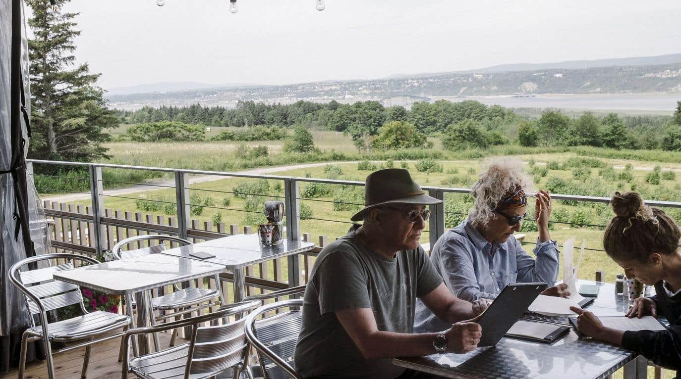 Sur la terrasse de la Monnaguette, il fait bon siroter les pichets de sangria — au cassis, bien sûr ! — en observant le panorama à couper le souffle de l'île d'Orléans.