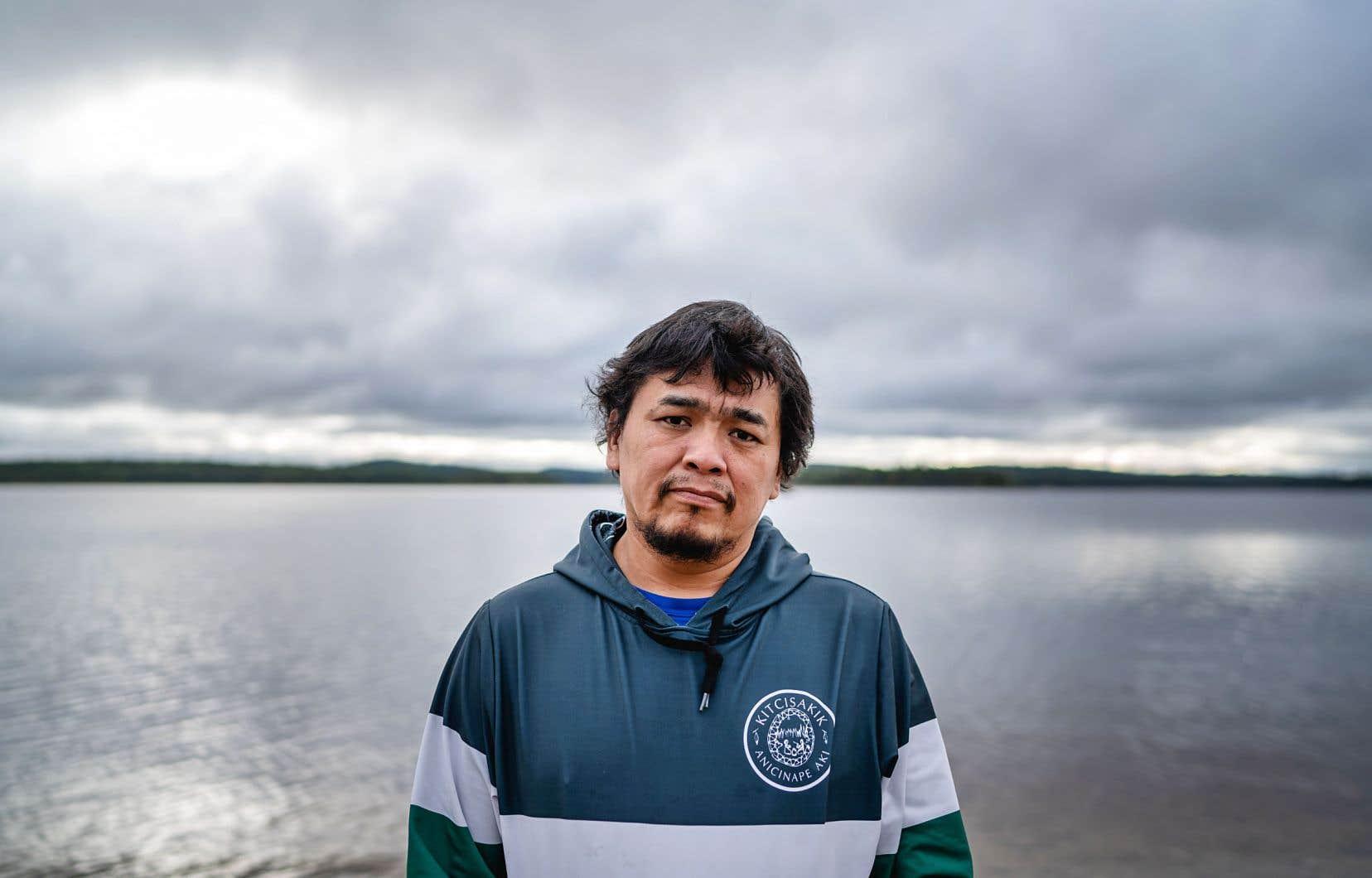 Le chef de Kitcisakik, Régis Penosway, demande de l'eau potable et de l'électricité pour les membres de sa communauté.