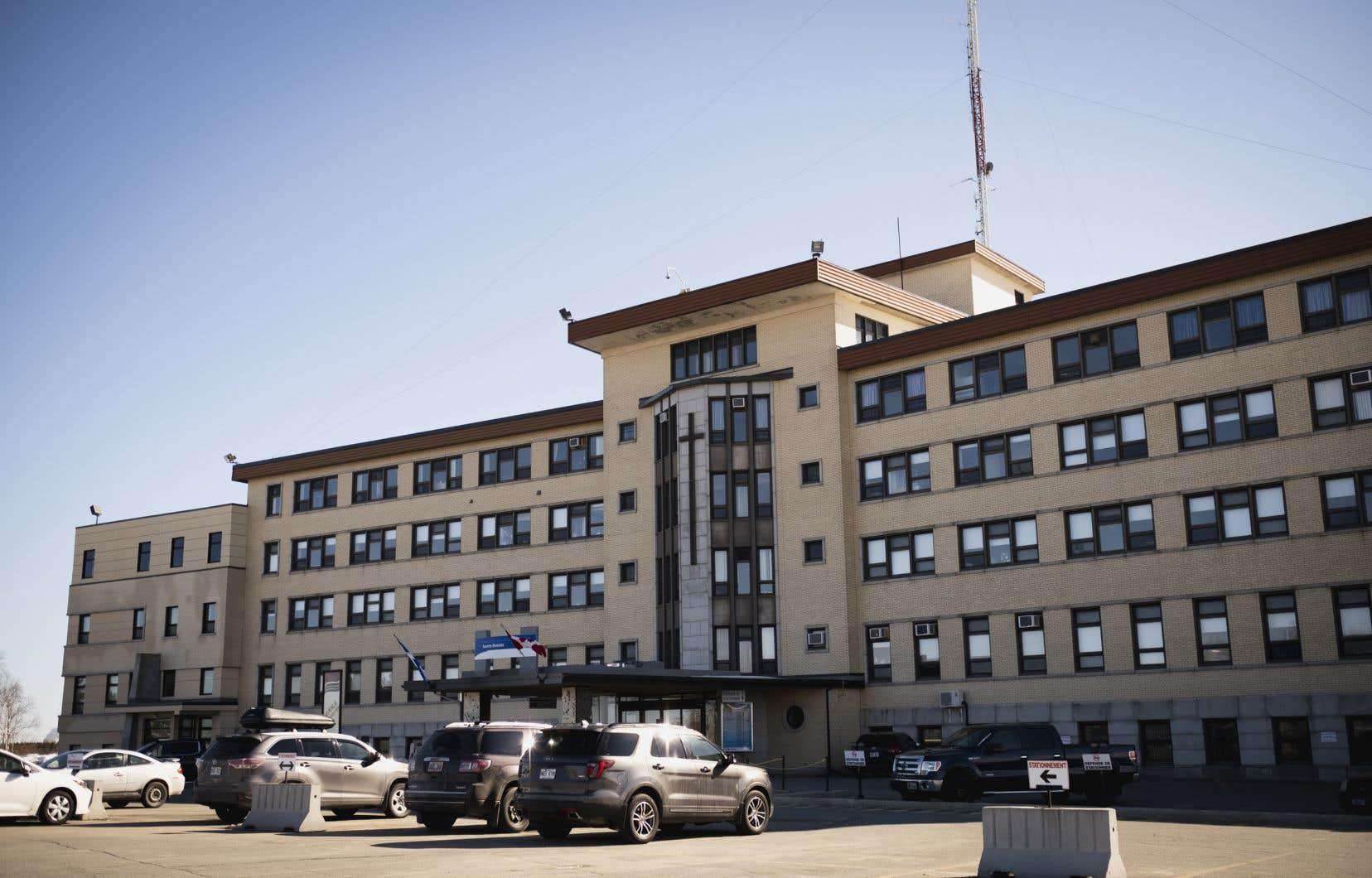 Des réductions de services sont entre autres prévues à l'hôpital de La Sarre. Le nombre de lits de soins intensifs et d'hospitalisation de courte durée sera réduit de moitié. Les services ambulatoires, quant à eux, seront maintenus «au minimum», indique le CISSS de l'Abitibi-Témiscamingue.