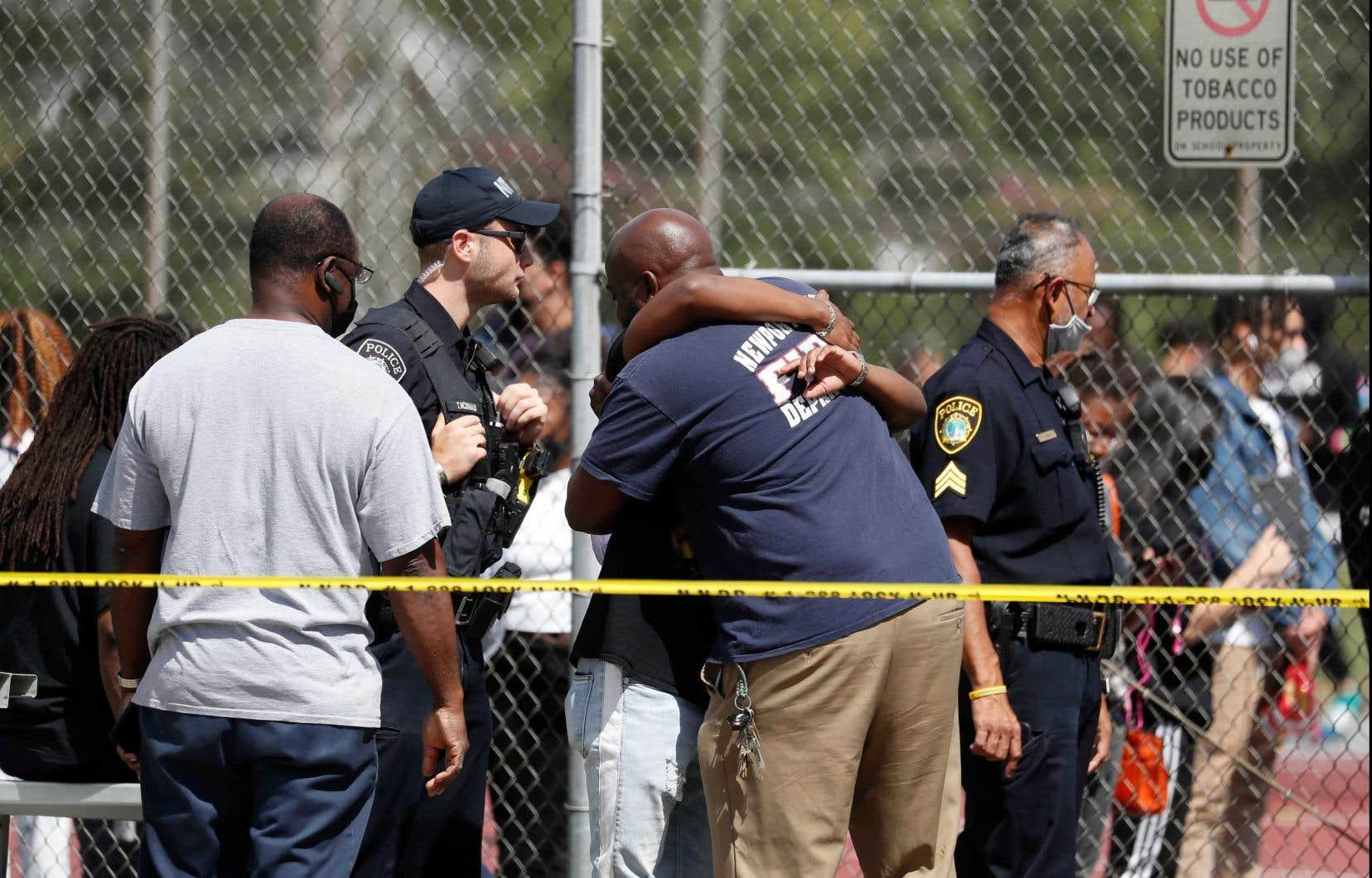 Les élèves ont été évacués vers les courts de tennis, où les parents pouvaient les retrouver, a indiqué la police. Un ruban délimitant la scène de crime s'étendait à travers des parties du stationnement de l'école.