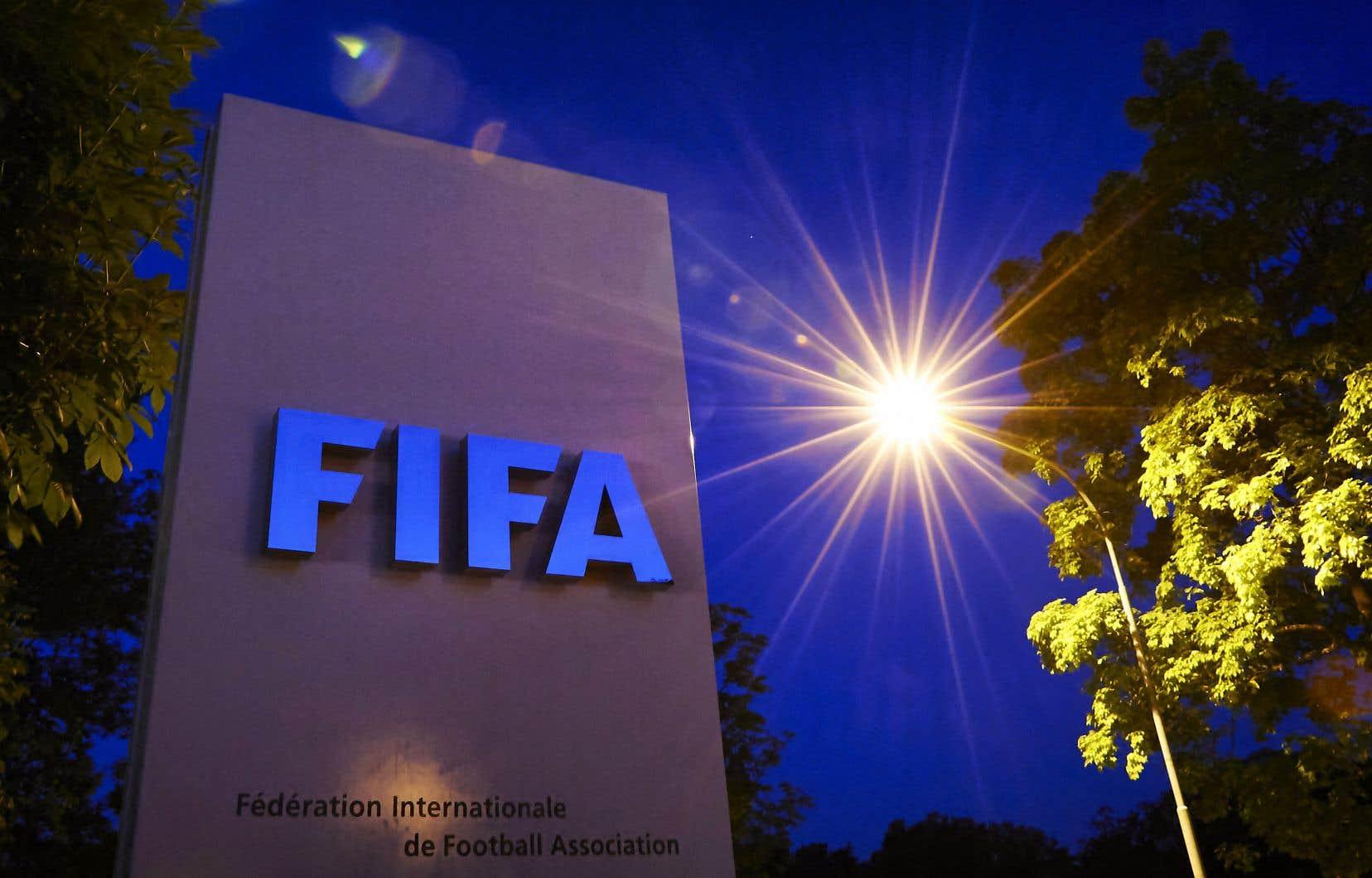 La FIFA soutient que les Coupes du monde biennales donneront à plus de joueurs et d'équipes l'occasion de participer à des matchs importants.