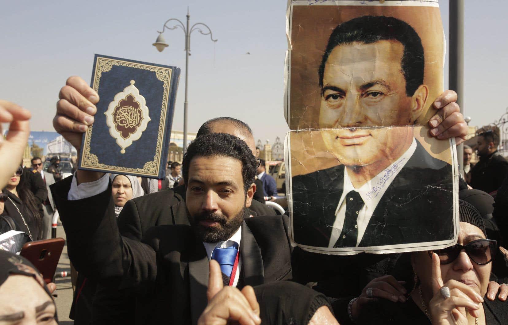 Le Caire accueillait mardi des obsèques militaires en grande pompe en présence des plus hauts dirigeants de l'État.