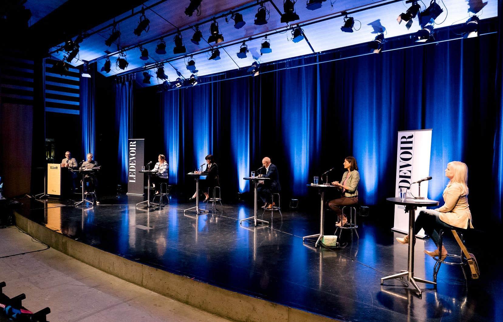 L'événement de reconnaissance virtuel du «Devoir», animé par Matthieu Dugal, regroupait (de gauche à droite) Mylène Drouin, Sophie D'Amours, Michel Leblanc, Colleen Thorpe et Sophie Prégent.