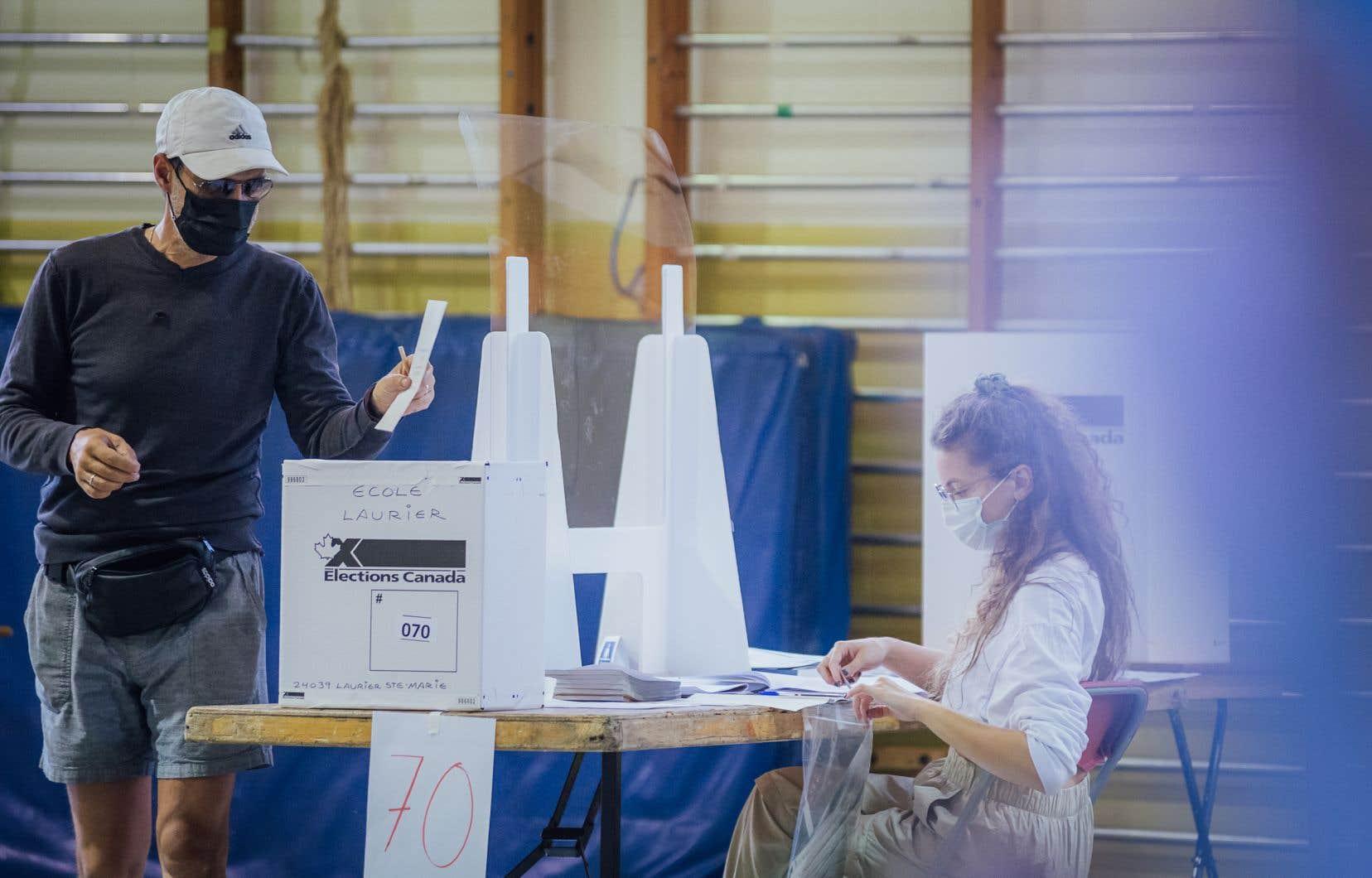 Au total, 14440 bureaux de vote étaient ouverts à travers le Canada lundi, comparativement à 15484 bureaux de vote lors des élections de 2019.