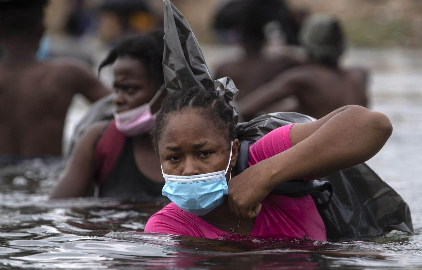 Des migrants haïtiens traversent le Rio Grande pour atteindre Ciudad Acuña. Dans ce climat d'anxiété, ils trouvent un peu de réconfort dans la générosité spontanée des habitants de cette ville mexicaine, qui leur apportent de la nourriture, des boissons, des vêtements et des produits d'hygiène.