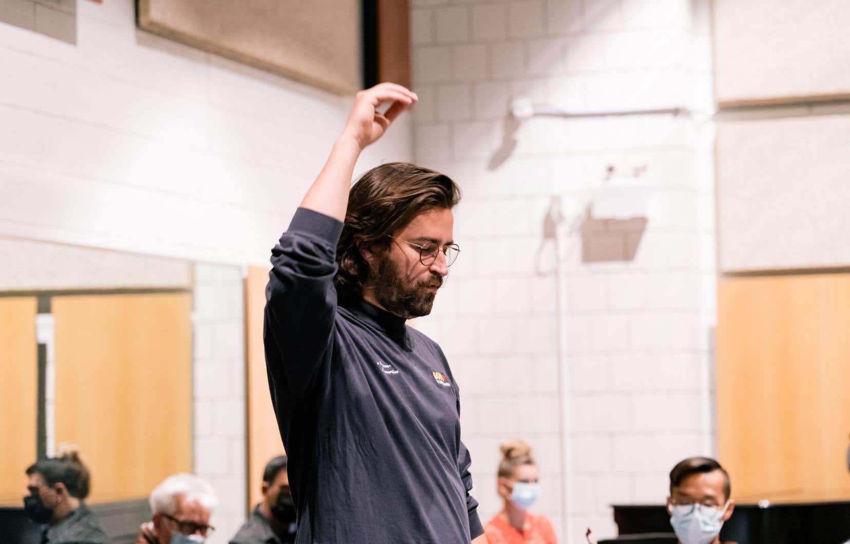 «J'essaie de ne pas m'imaginer de mise en scène et de ne partir que des mots d'Olivier Kemeid. Le défi, quand on compose un opéra, c'est que tout ait un sens musicalement. Il faut que tout soit connecté à l'émotion véhiculée par les mots sans jamais sonner grotesque», explique le chef Hubert Tanguay-Labrosse, ici en répétition.