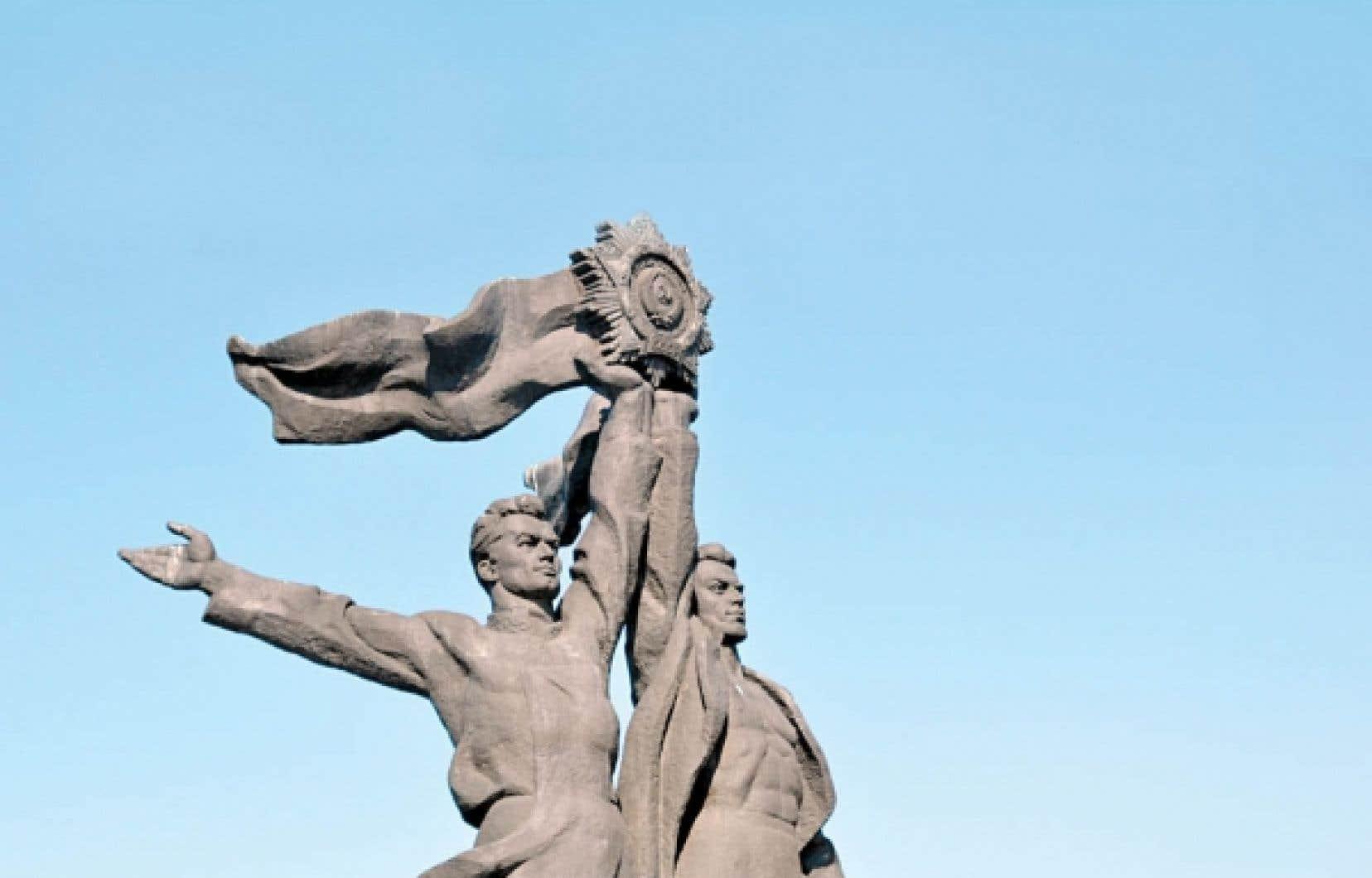 La statue qui fait partie de l'Arche de l'amitié, un monument érigé en 1954 pour célébrer l'amitié entre les peuples russe et ukrainien.<br />