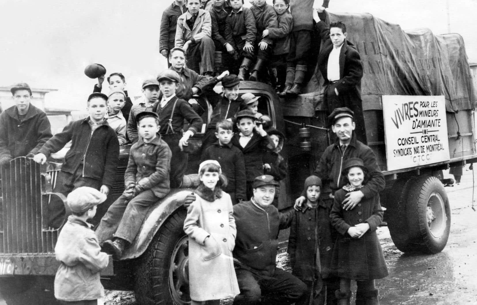 Un camion de  la Confédération des travailleurs catholiques du Canada rempli de vivres  destinées aux grévistes de l'amiante,  en 1949