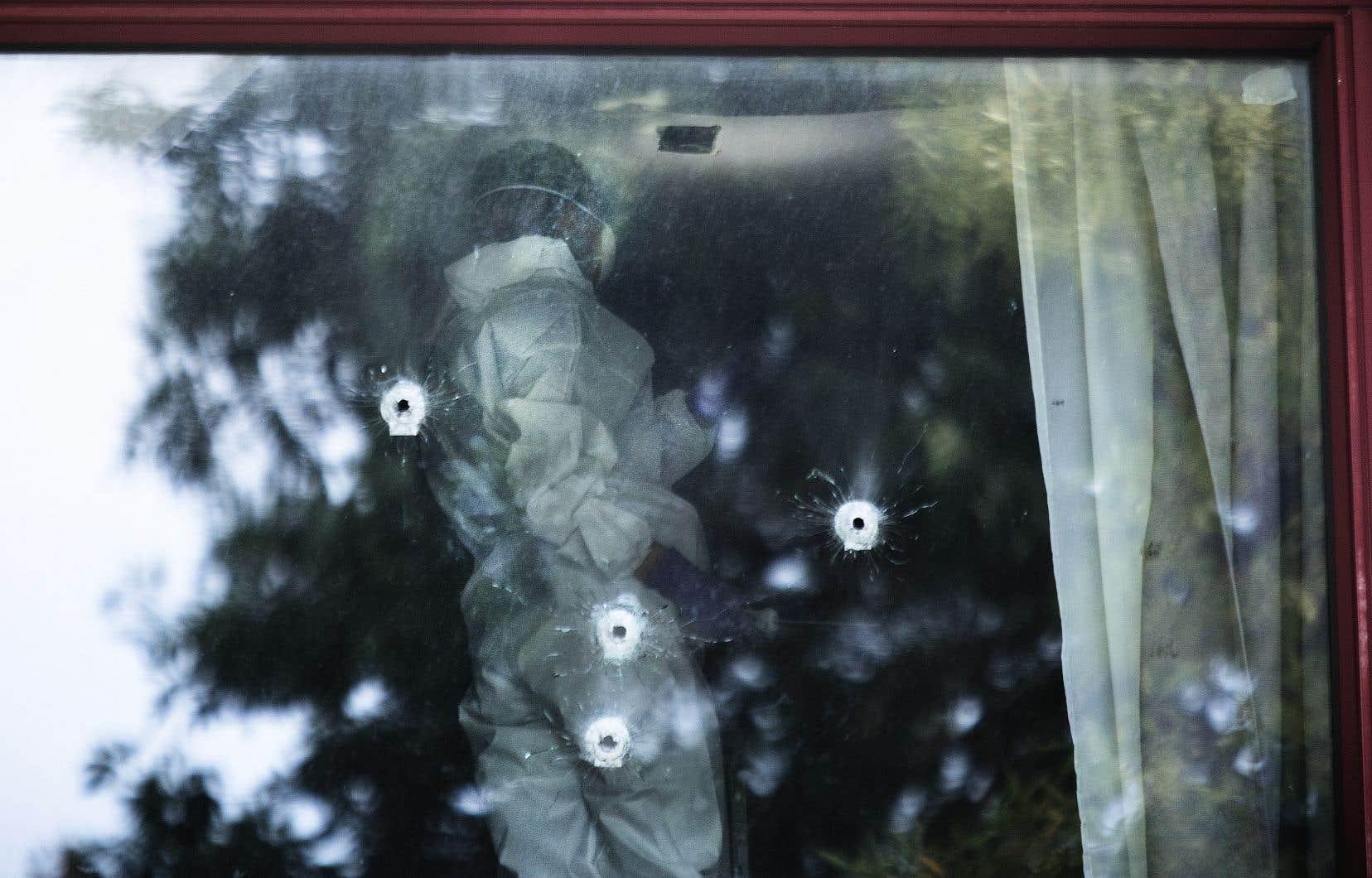 Une policière de l'unité de l'identification récolte des preuves à l'intérieur d'un appartement de la rue Candiac à Saint-Léonard qui a été la cible d'une fusillade, le 27 août 2021.