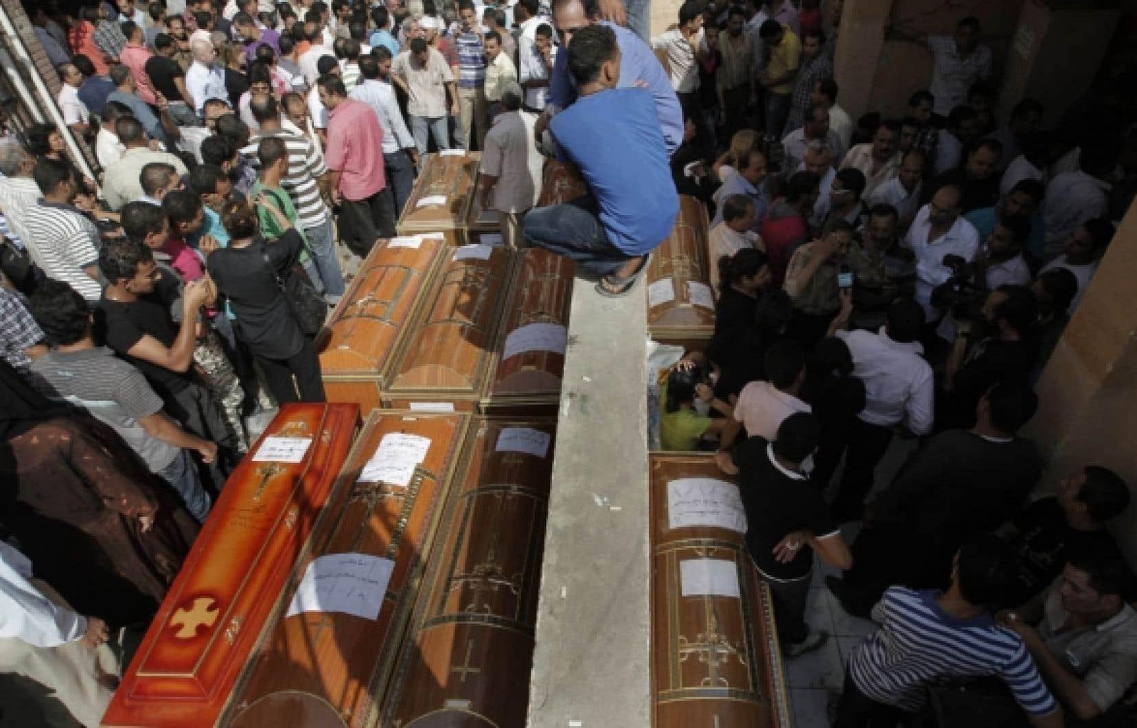 Coptes enterrant leurs morts hier après les affrontements du Caire qui ont fait 25 victimes.<br />