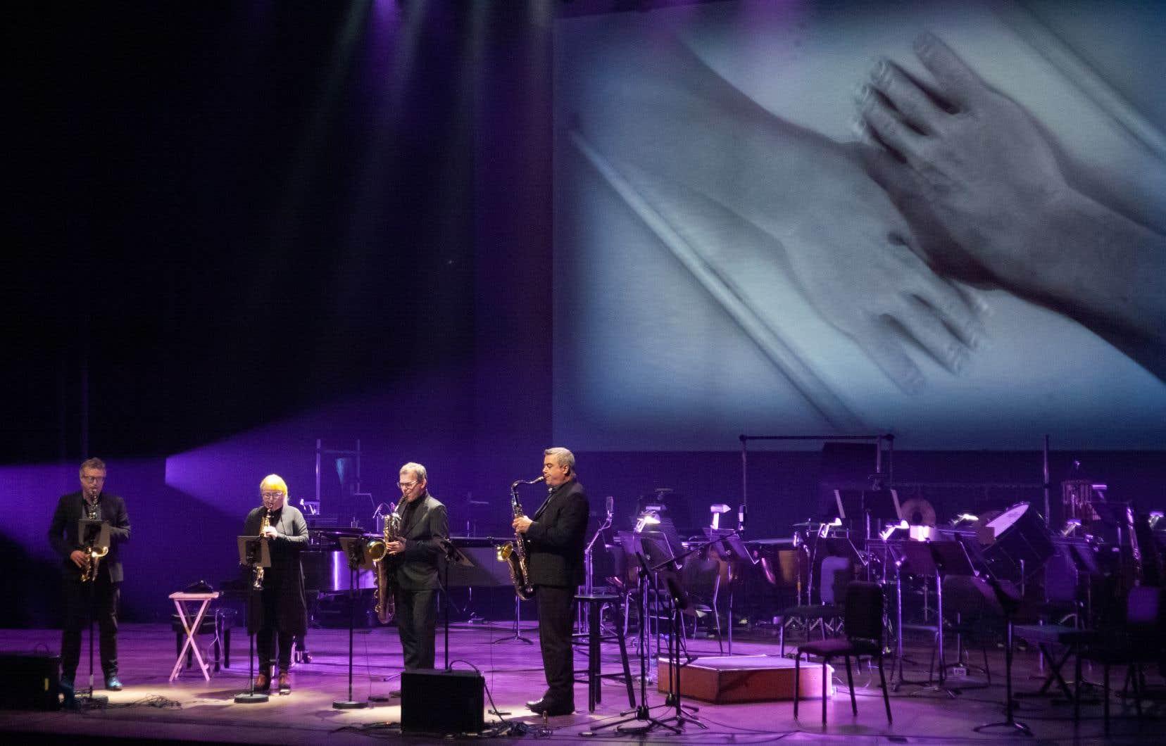 Toutes les œuvres interprétées lors du concert étaient accompagnées de vidéos artistiques abstraites projetées sur un écran.