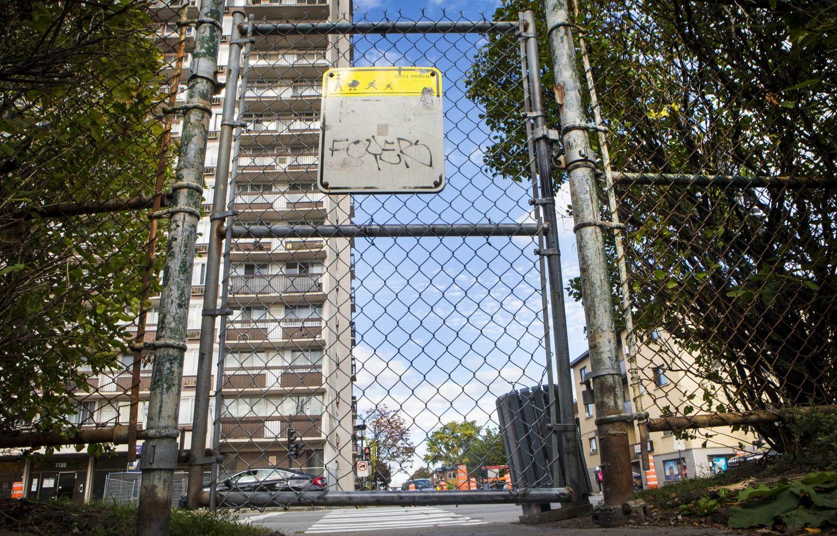 «Cette clôture-là est devenue un symbole qui éveille énormément de sentiments négatifs qui sont ni bienvenus pour les uns ni pour les autres», a soutenu Guillaume Lavoie, candidat à la mairie de l'arrondissement de Villeray–Saint-Michel–Parc-Extension pour le parti de Denis Coderre.