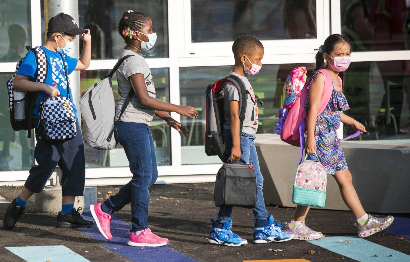 Partout au Québec, les cours dans les écoles primaires et secondaires se tiennent entièrement en présentiel, ce qui représente plusieurs défis pour le milieu scolaire.