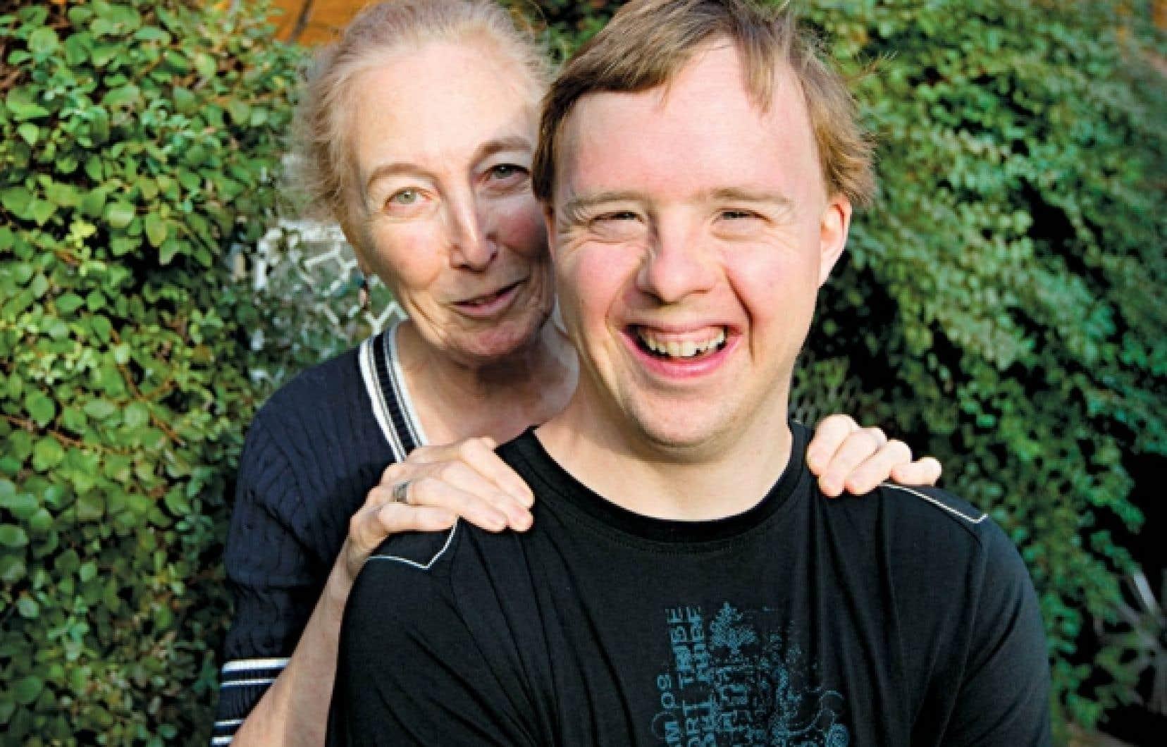 Monique Hennebert et son fils, Carl Hennebert-Faulkner, maintenant âgé de 35 ans.<br />