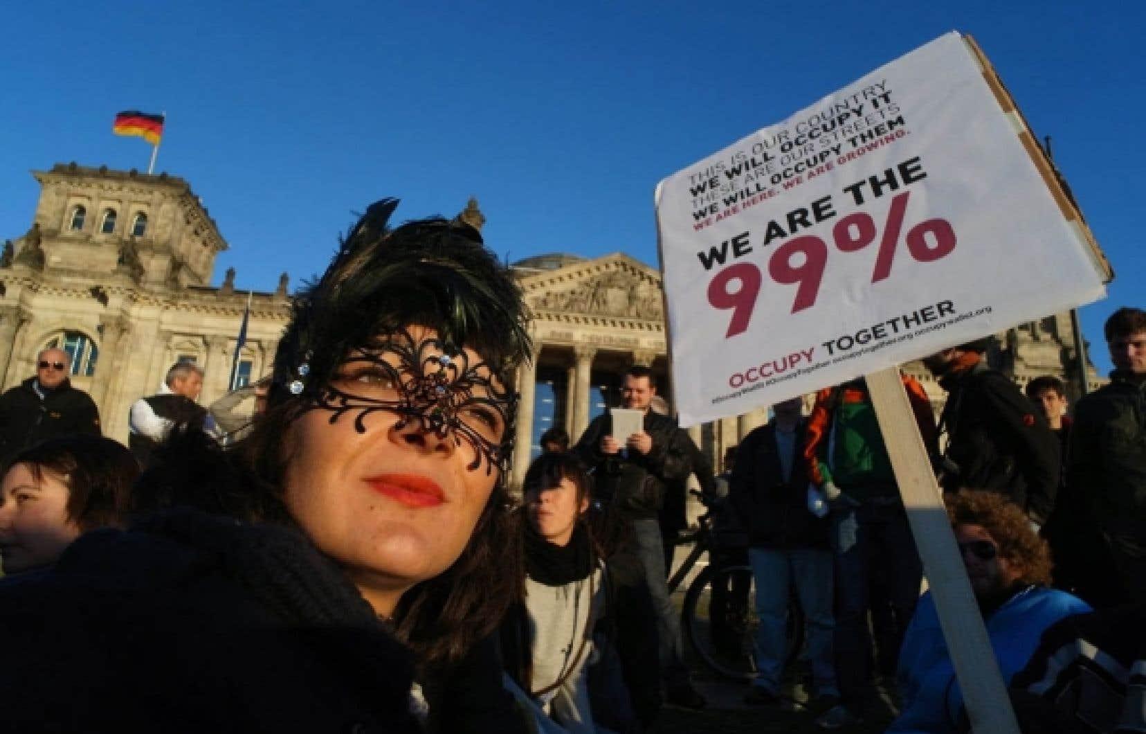 Des protestataires manifestant devant le Reichstag à Berlin<br />