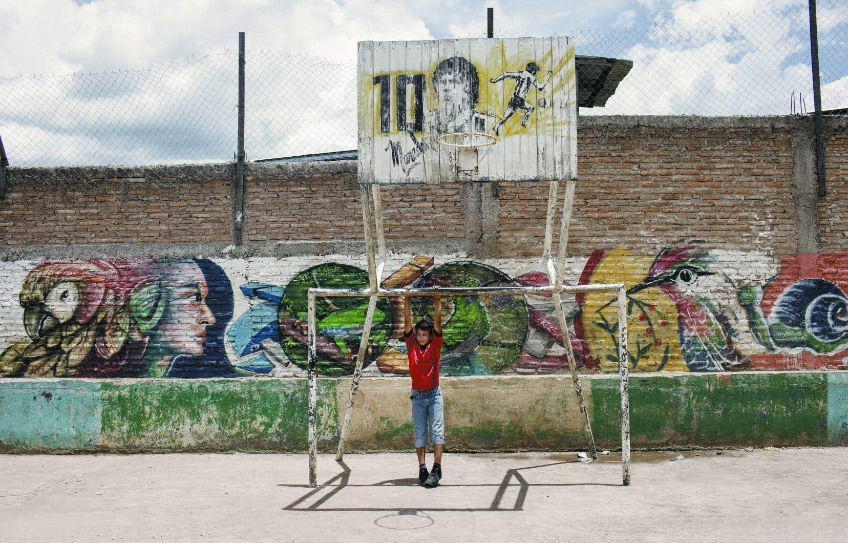 Grâce à des centaines de bénévoles présents dans les quartiers les plus risqués du Honduras, des milliers de jeunes de 6 à 20 ans ont accès à toute une gamme d'activités de renforcement et de soutien communautaire.