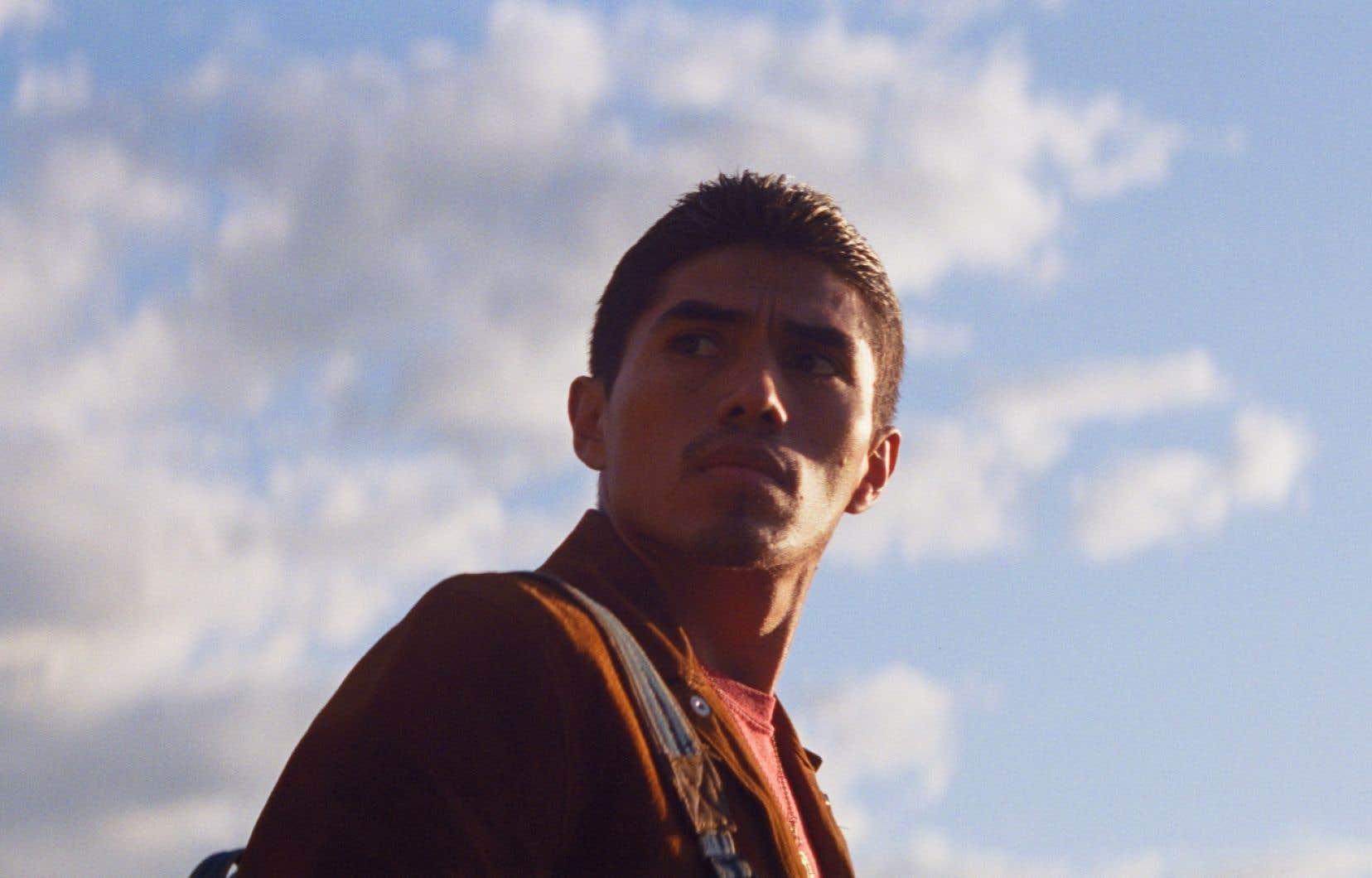 Dans «Les oiseaux ivres», on suitle parcours de Willy, dont la quête éperdue pour retrouver l'amour de sa vie le voit passer de chauffeur de narcotrafiquants au Mexique à travailleur migrant dans une ferme du Québec.