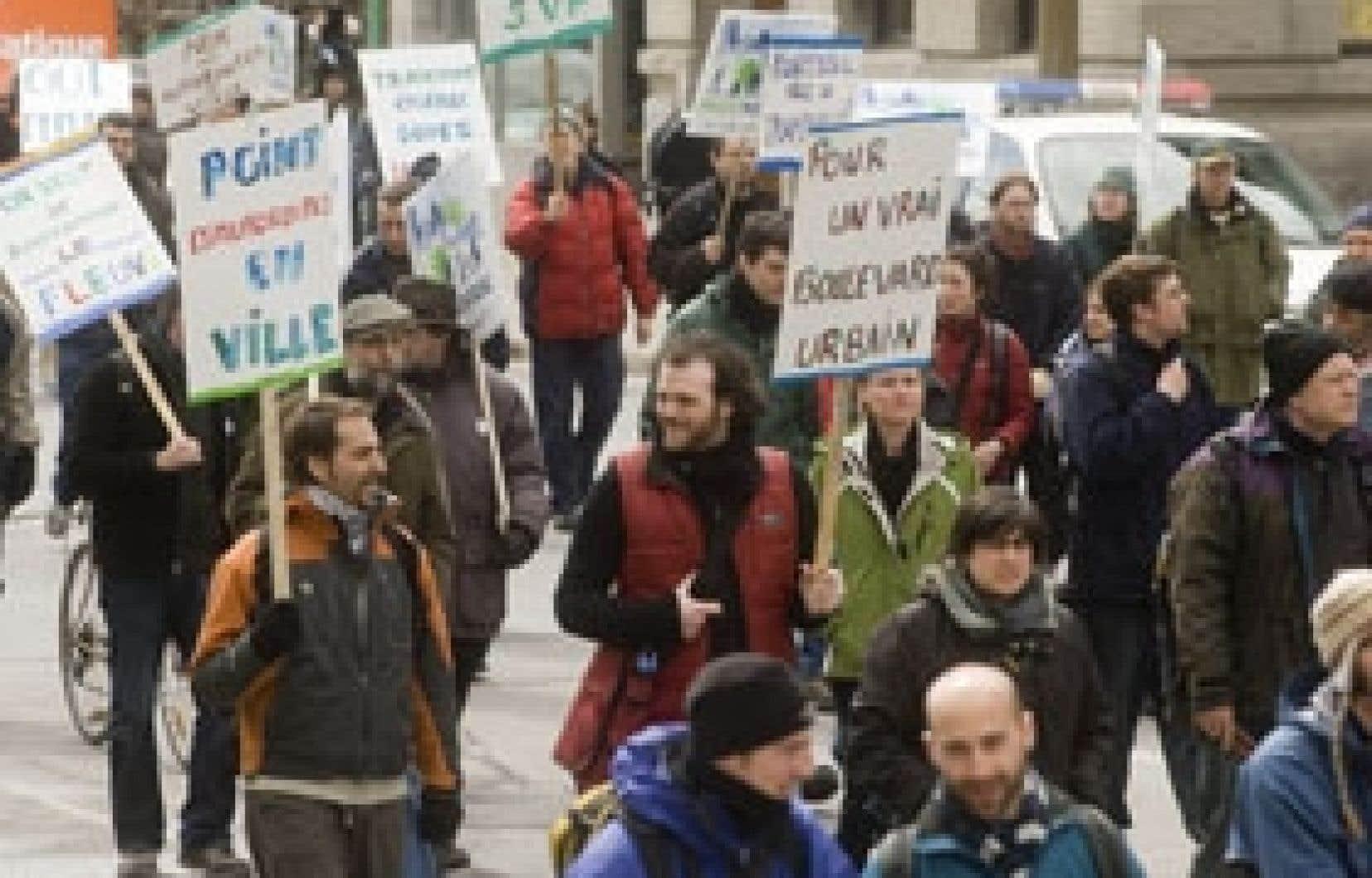 Des centaines de personnes ont manifesté hier à Montréal contre le projet d'élargissement de la rue Notre-Dame.
