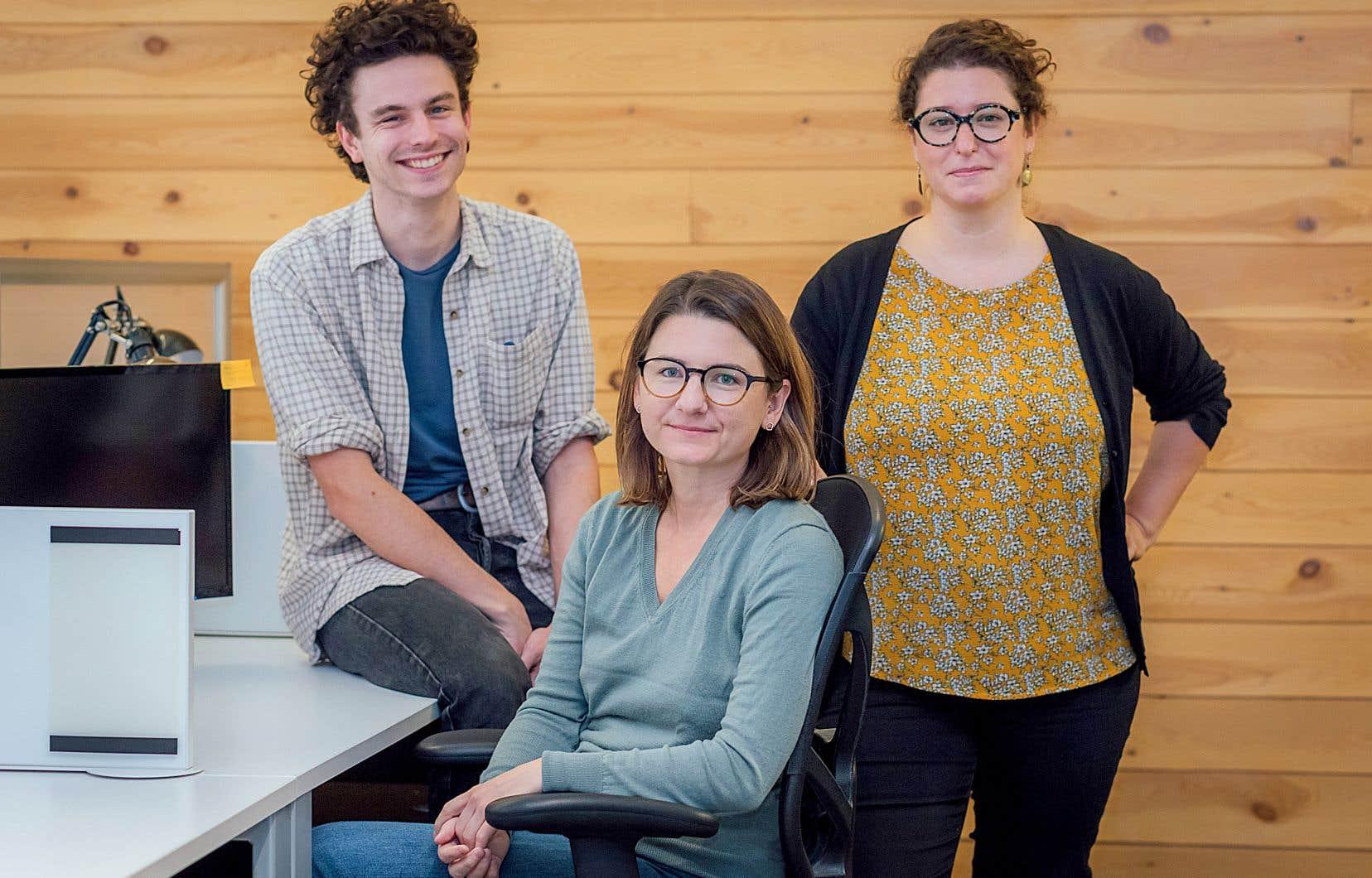 Les artisans du nouveau média Web Pivot dans leurs locaux à la halte 24-7: Marie Sébire, rédactrice en chef (assise), Gabrielle Brassard-Lecours, cofondatrice, et Alexis Ross, journaliste aux actualités.