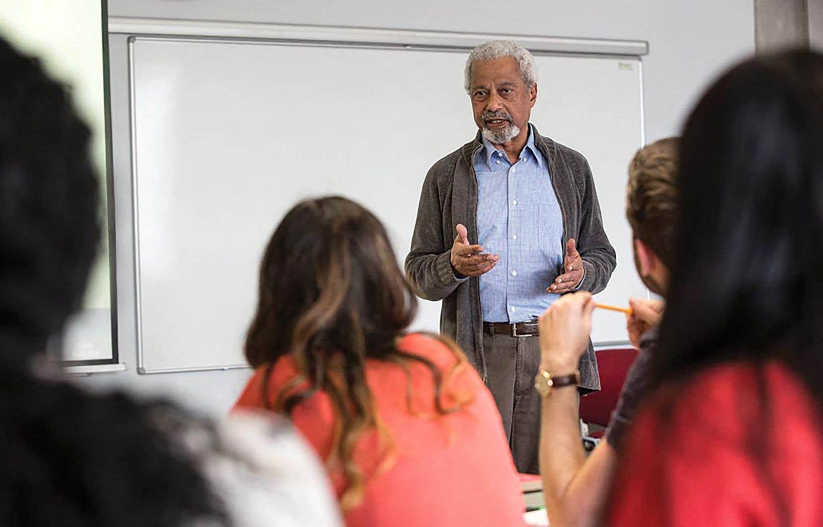 Abdulrazak Gurnah, natif de Zanzibar et exilé au Royaume-Uni, en compagnie d'étudiants de l'Université Kent. Il est le premier auteur africain depuis 2003 à recevoir le célèbre prix.