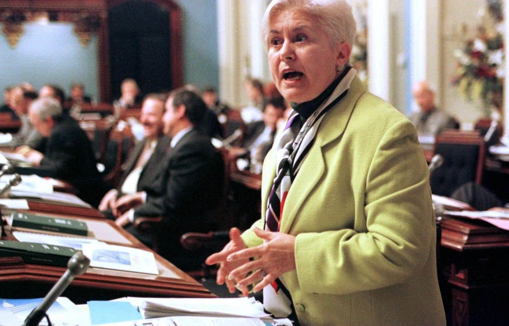 Louise Harel photographiée en décembre 2000, alors ministre des Affaires municipales et de la Métropole. «Élue à l'élection de 1981, je suis de la génération qui a pu compter sur la présence modeste mais vigoureuse de femmes à l'Assemblée nationale», écrit-elle.