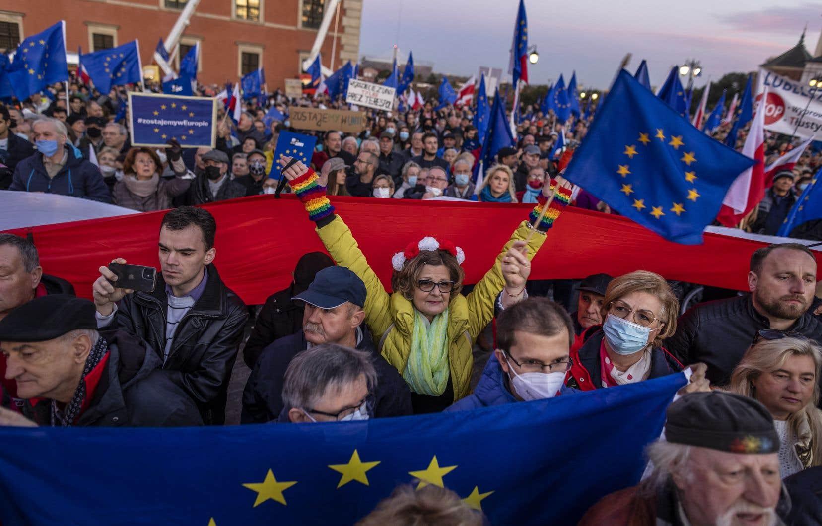 Une foule immense munie de drapeaux bleus européens a envahit la capitale polonaise, dimanche soir.