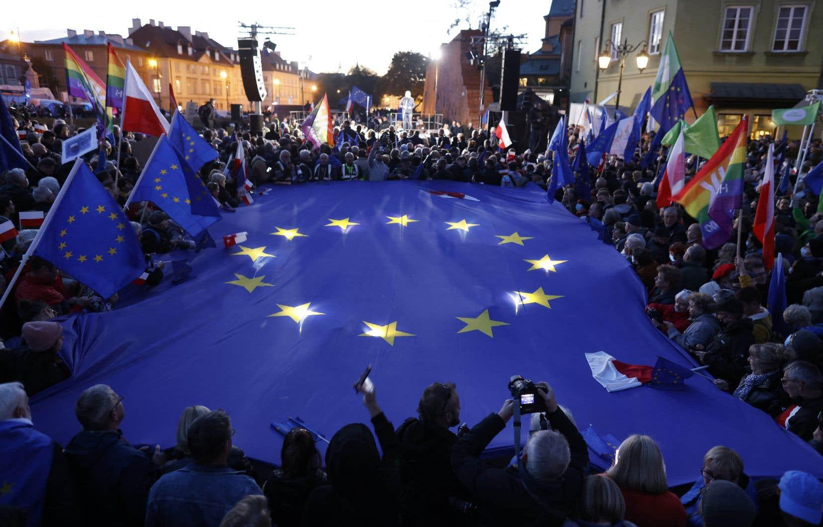 La Pologne a réclamé l'annulation pure et simple du nouveau dispositif. Sur la photo, on voit des dizaines de milliers de Polonais manifestant dimanche soir pour défendre l'appartenance de leur pays à l'Union européenne, après une décision vendredi de la Cour constitutionnelle polonaise contestant la primauté du droit européen.