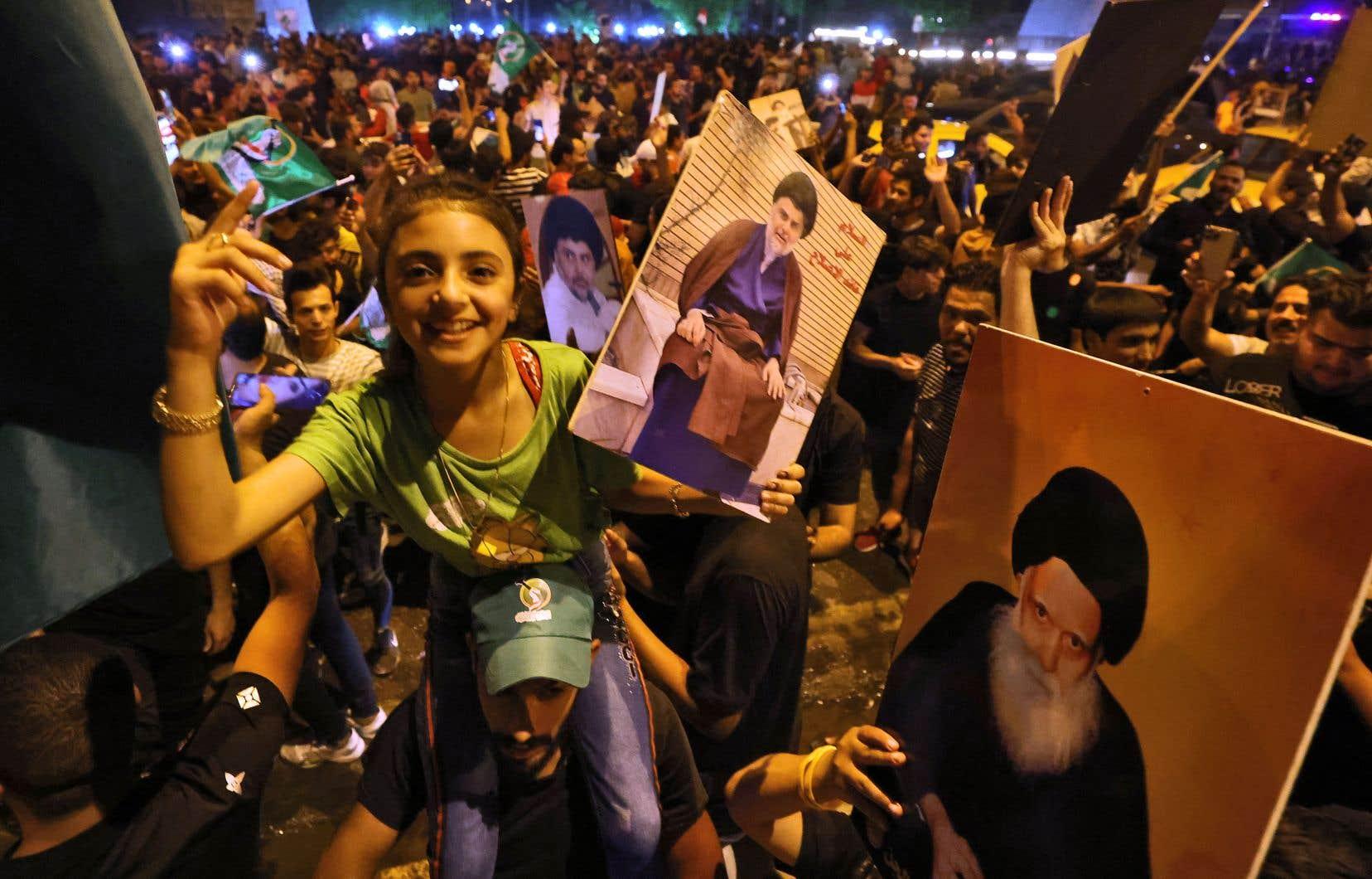 Des partisans du leader chiite Moqtada al-Sadr célèbrent dans les rues de Bagdad, le 11 octobre 2021