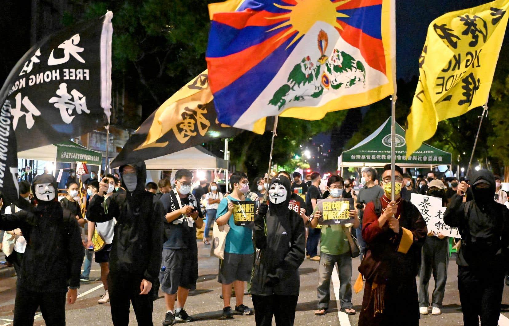 La Chine communiste considère Taiwan comme une de ses provinces, menaçant régulièrement de recourir à la force en cas de proclamation formelle d'indépendance de la part de l'île, où des manifestations anti-Chine en soutien à Hong-Kong continuent d'avoir lieu.