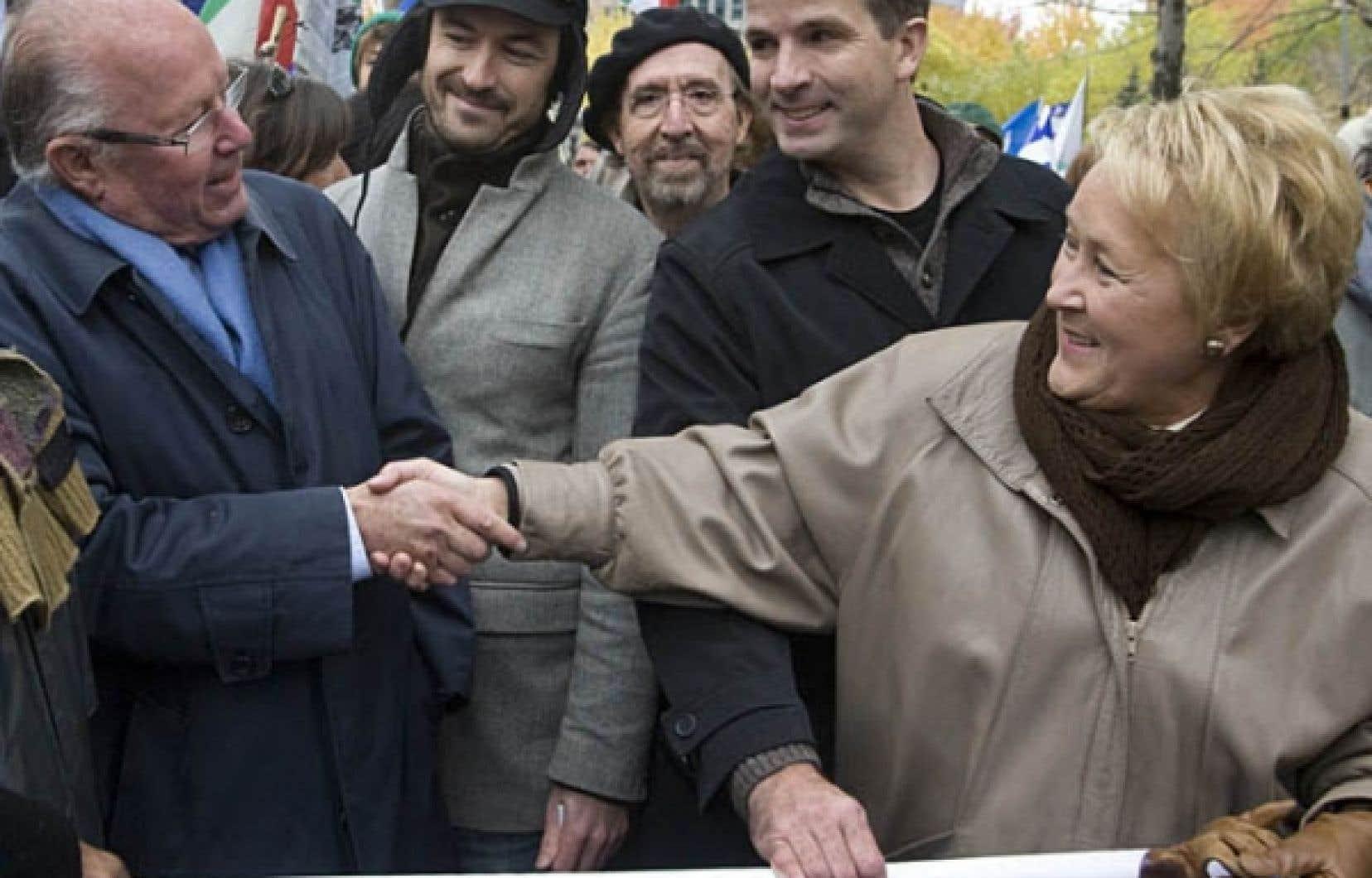 Pauline Marois serrant la main de Bernard Landry<br />
