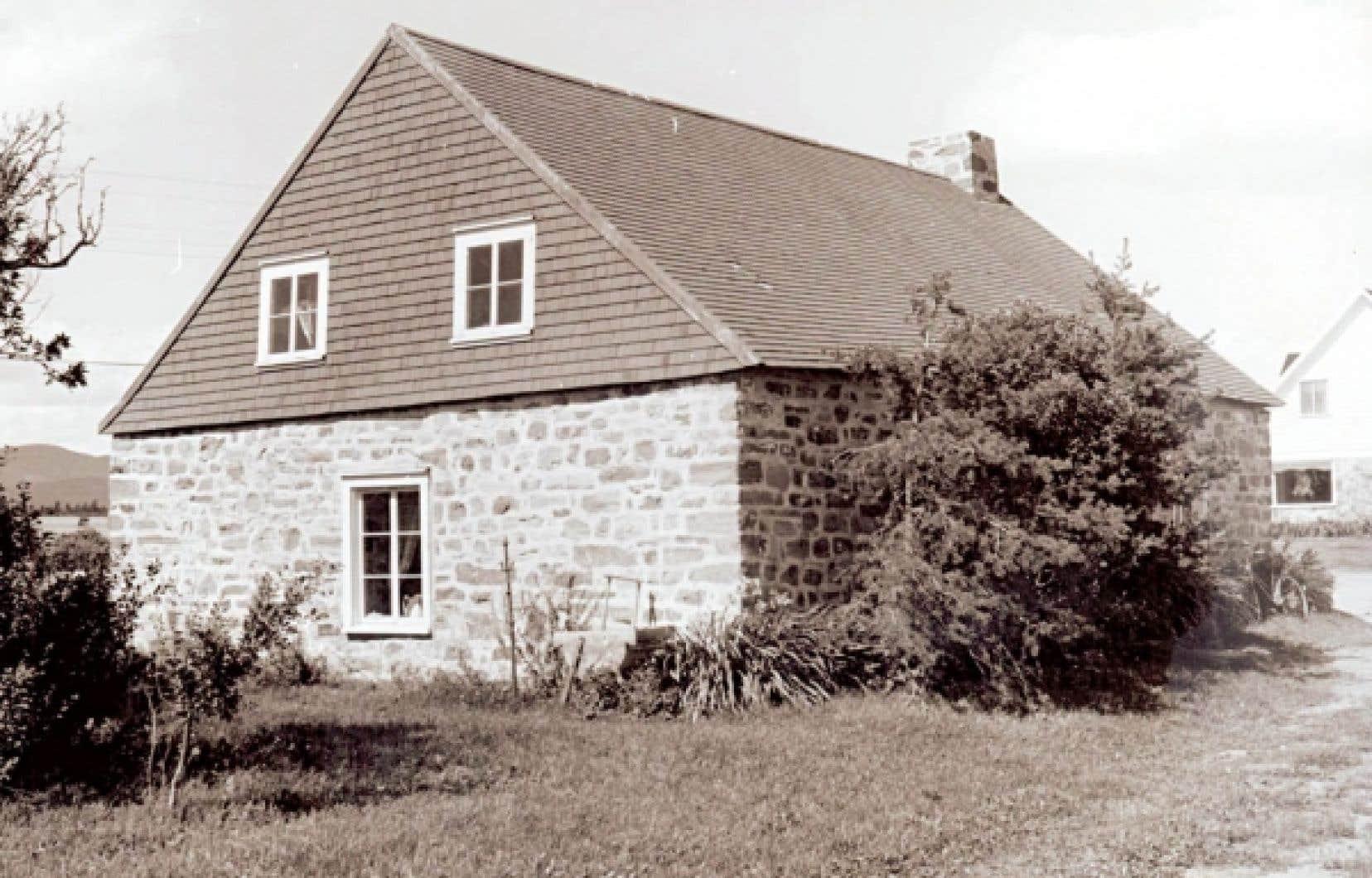 Maison traditionnelle sur l'Ile aux Coudres au débit des années 1980. <br />