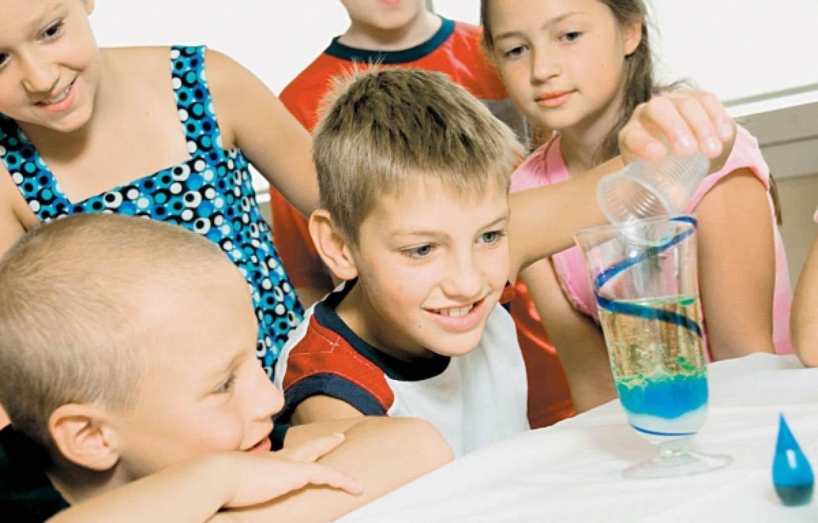 Les enfants qui participent aux rencontres du Club des Débrouillards ont la possibilité d'apprendre de nombreux principes scientifiques tout en s'amusant.<br />