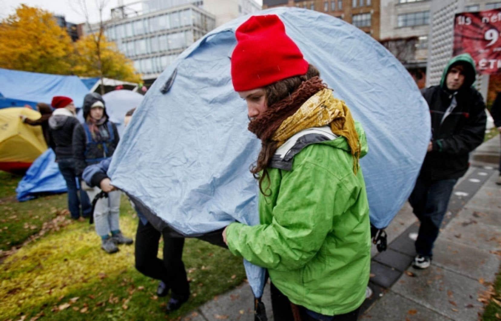 Les indignés de Québec poursuivent leur occupation du jardin Saint-Roch malgré la menace d'expulsion qui pèse sur eux.<br />