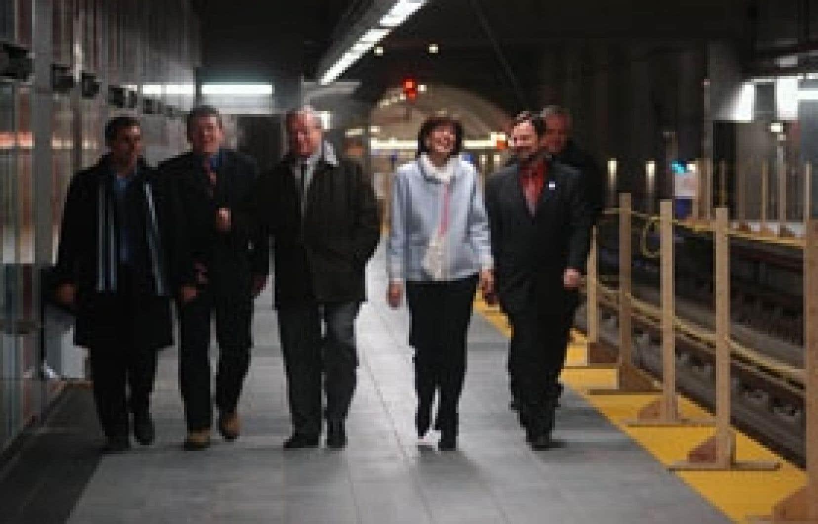 Michelle Courchesne lors d'une visite du métro à Laval en compagnie notamment du maire de Laval, Gilles Vaillancourt, à sa droite.