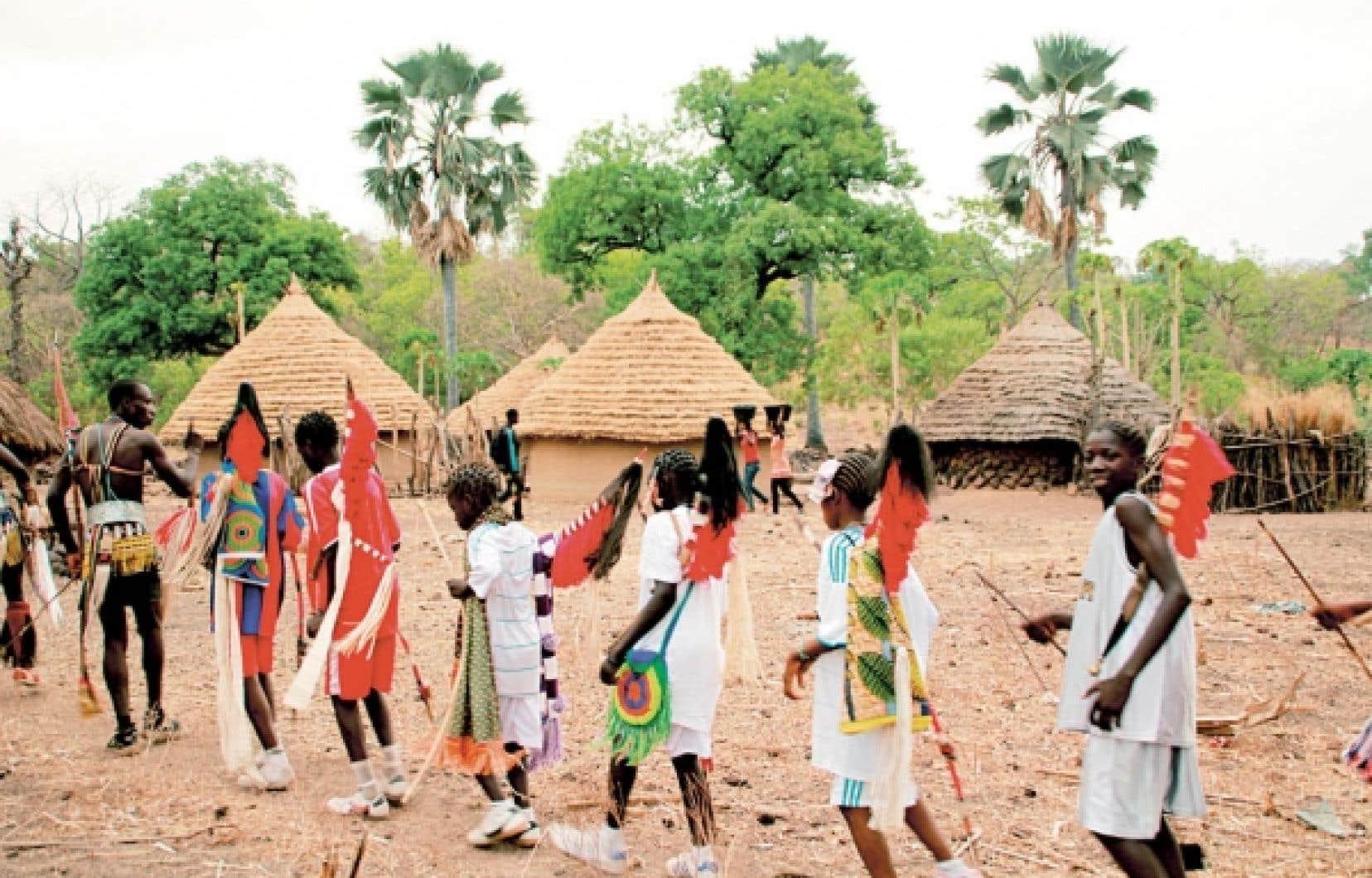 La veille de la cérémonie d'initiation des garçons organisée tous les ans par les anciens, les adolescents défilent dans le village, ici Éganga, encadrés de jeunes déjà initiés.<br />