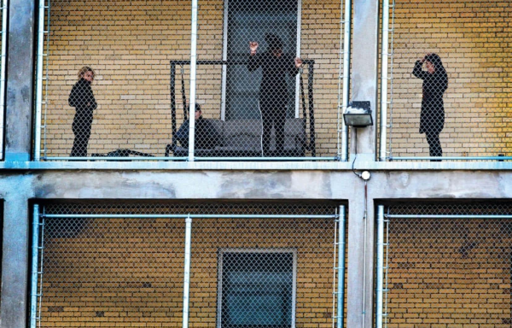 Au Centre jeunesse de Laval, les filles placées en garde fermée après être passées au Tribunal de la jeunesse n'ont pas accès au libre accès extérieur, comme en témoigne cette aire de récréation du balcon entièrement grillagée.