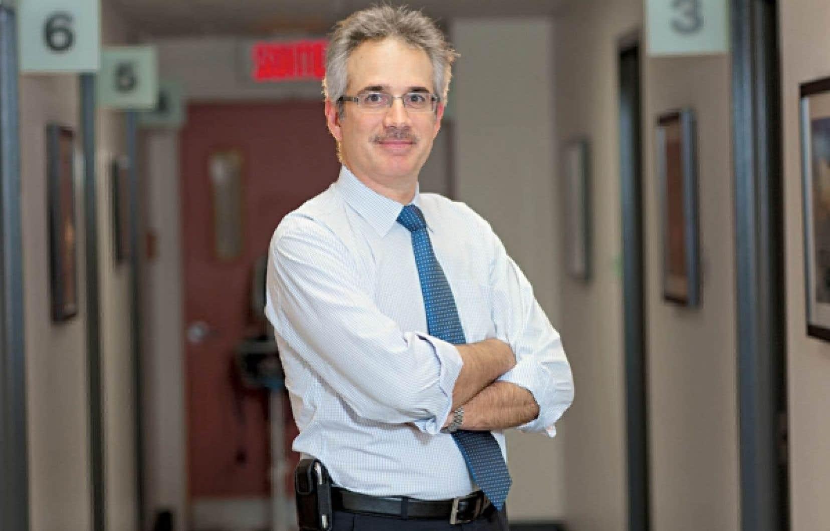 C'est la première année que le Dr Armen Aprikian, urologue en chef au CUSM, participe au mouvement Movember. En date d'hier, il avait déjà amassé plus de 3400 $ grâce à sa moustache.