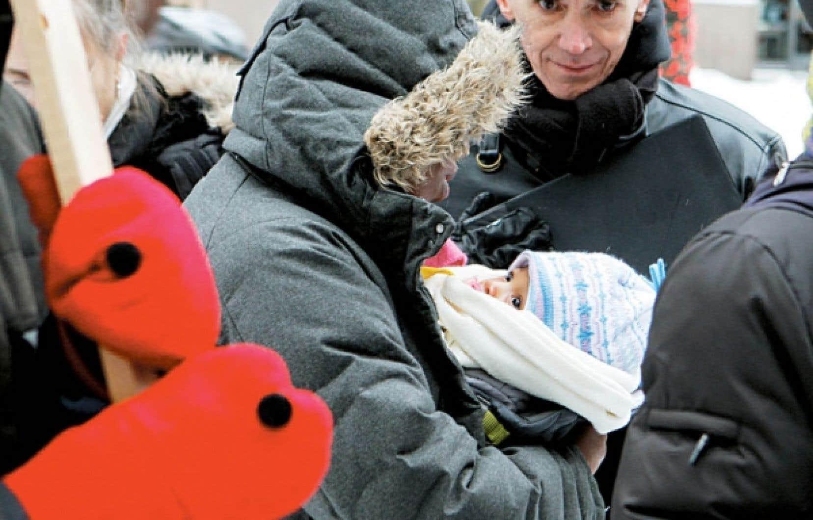 Des dizaines de parents se sont réunis hier devant les bureaux du premier ministre Jean Charest à Montréal pour dénoncer l'absence de services offerts à leurs enfants autistes.<br />