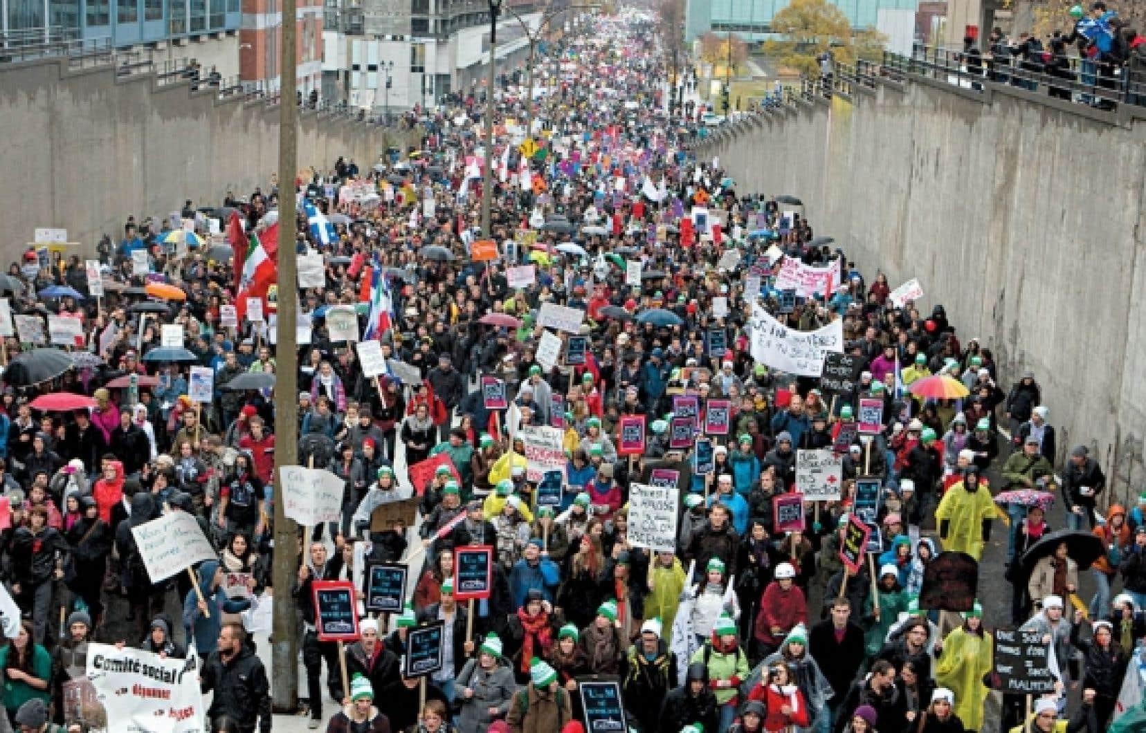Le 10 novembre dernier, une manifestaiton monstre était organisée à Montréal pour protester contre la hausse des droits de scolarité. Un sondage Senergis–Le Devoir montre toutefois qu'une majorité de Québécois approuve cette hausse.<br />
