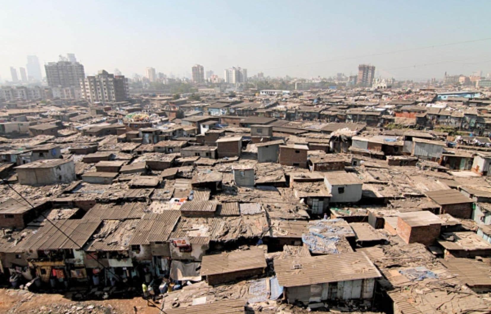 À Mumbai, on ne compte qu'une toilette pour 600 habitants dans les slums, ces quartiers de tôle ondulée qui poussent à côté de villes de plus en plus prospères. Ci-dessus, une image tirée du documentaire Urbanized.<br />