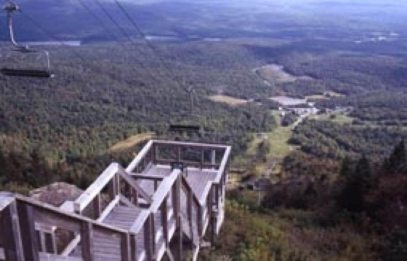 Vue du sommet du mont Orford. Une fois au sommet, les fanas de randonnée souhaiteront redescendre dans la vallée en empruntant le sentier des Crêtes pour un parcours de 7,2 kilomètres refait selon des principes écologiques.