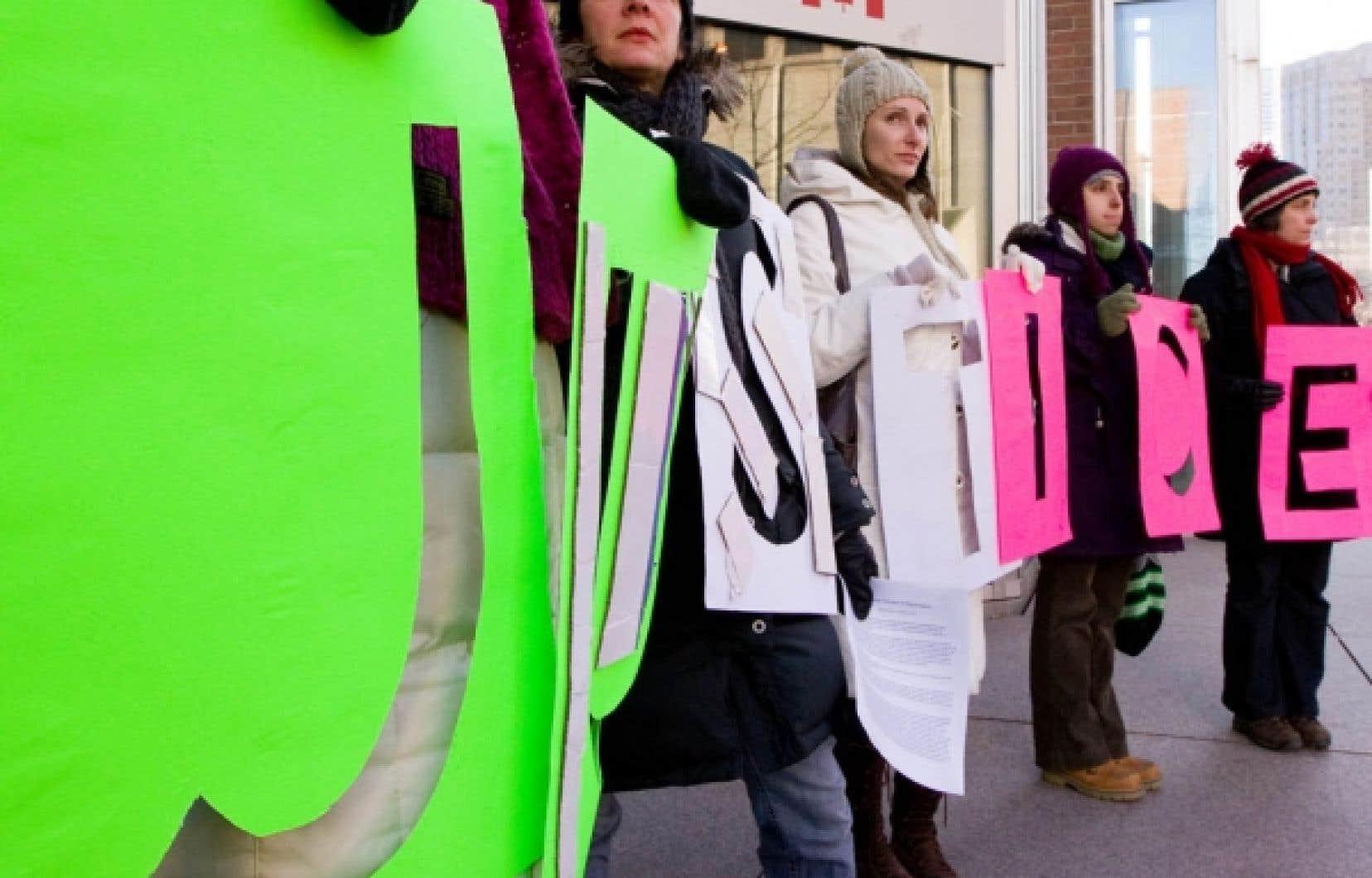 Une trentaine de manifestants &eacute;taient r&eacute;unis hier devant le Complexe Guy-Favreau, &agrave; Montr&eacute;al.<br />