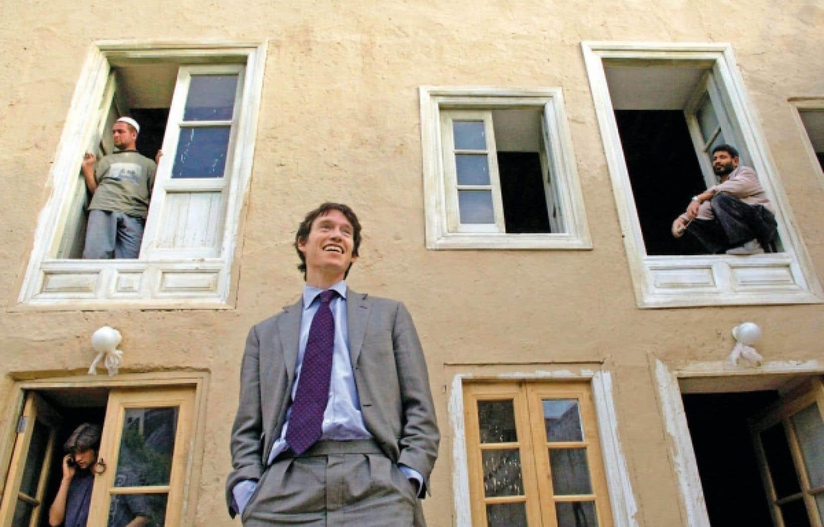 Kaboul, Afghanistan. Rory Stewart pose devant un bâtiment en rénovation qui abrite les bureaux de la Fondation Turquoise Mountain, une ONG fondée en 2006 pour laquelle il a agi à titre de directeur général jusqu'en 2010. L'organisme caritatif œuvre à maintenir et renforcer la culture afghane.<br />
