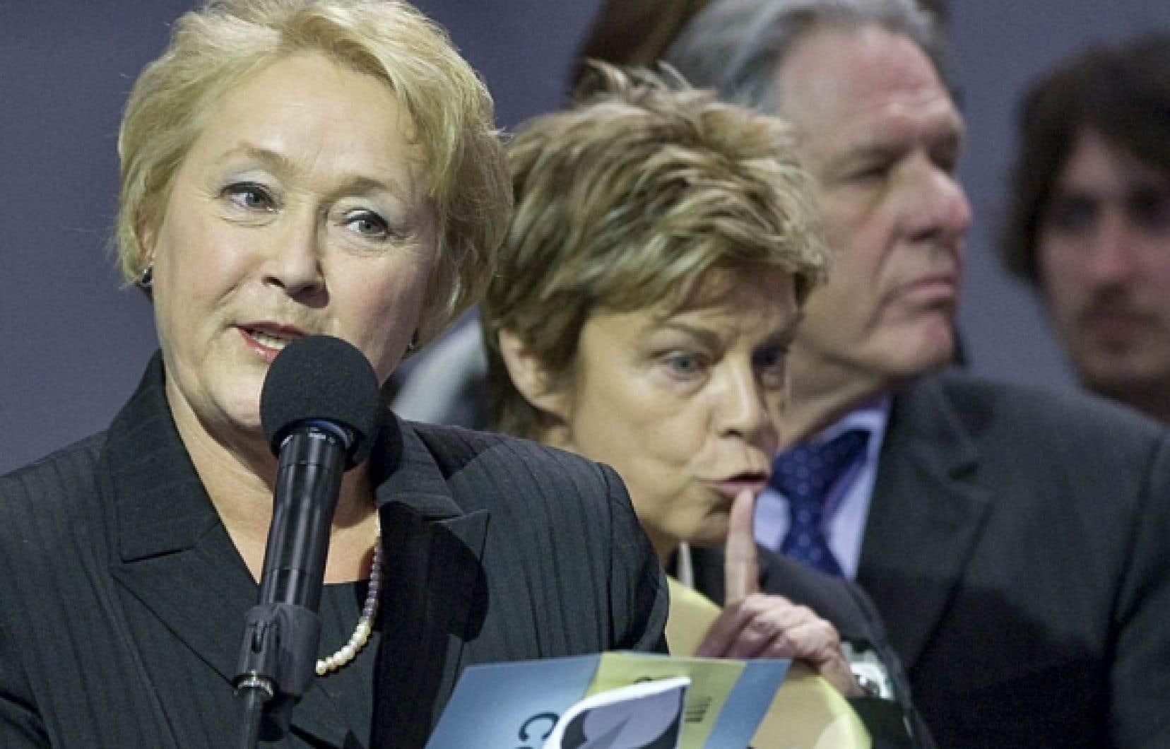17 avril 2011: Pauline Marois s&rsquo;adresse aux congressistes du PQ, apr&egrave;s avoir obtenu un vote de confiance de 93%. Derri&egrave;re elle, deux des d&eacute;put&eacute;s qui devaient quitter le navire p&eacute;quiste en juin, Louise Beaudoin et Pierre Curzi.<br />