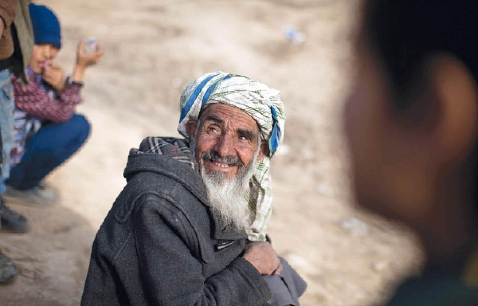 Un réfugié afghan hier à Kaboul attendant sa ration de nourriture