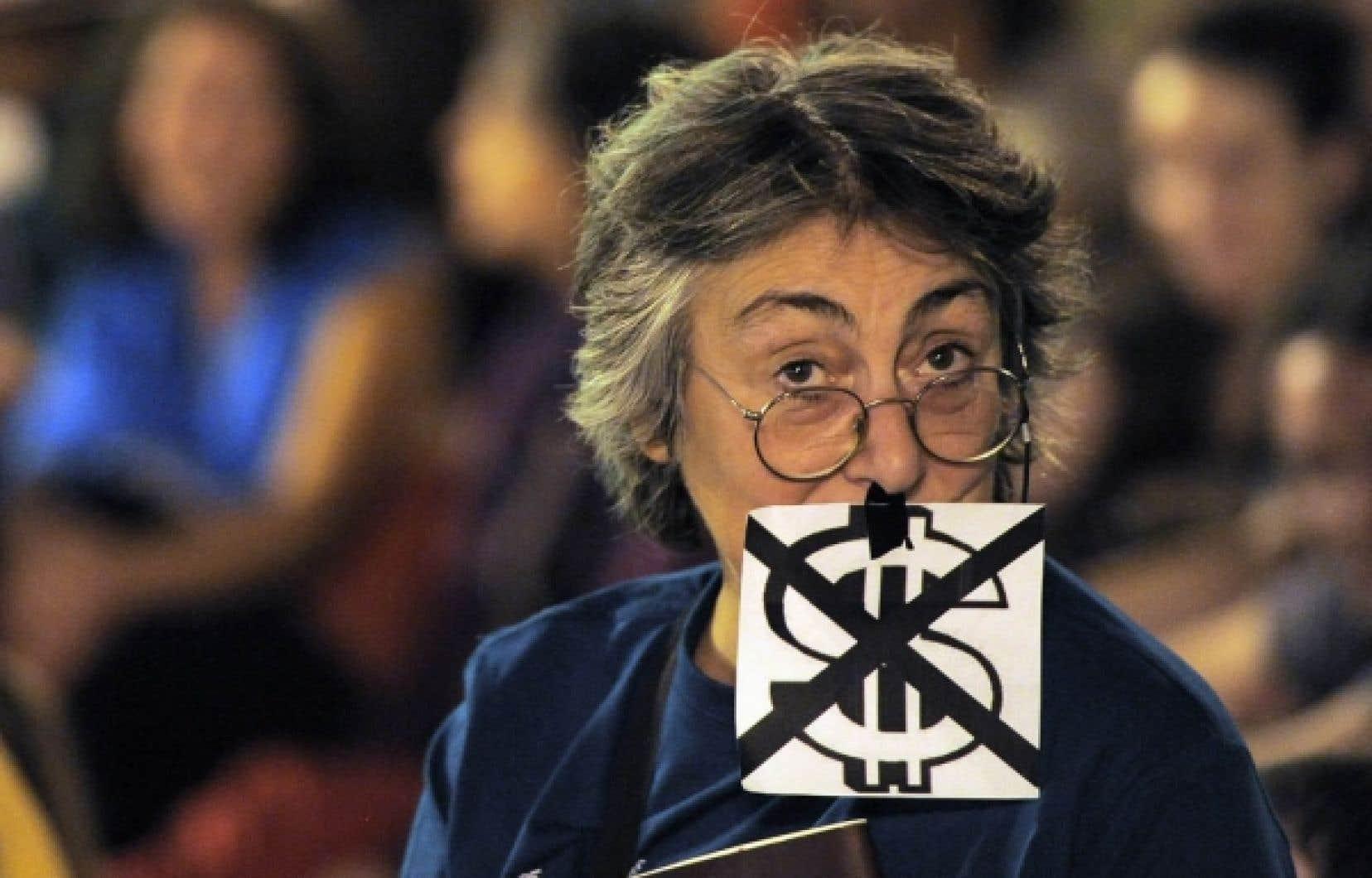 Manifestante photographiée le 15 octobre dernier sur la Puerta del Sol, à Madrid, au cours d'une journée mondiale de protestation contre l'avidité des grandes sociétés et les compressions gouvernementales.<br />