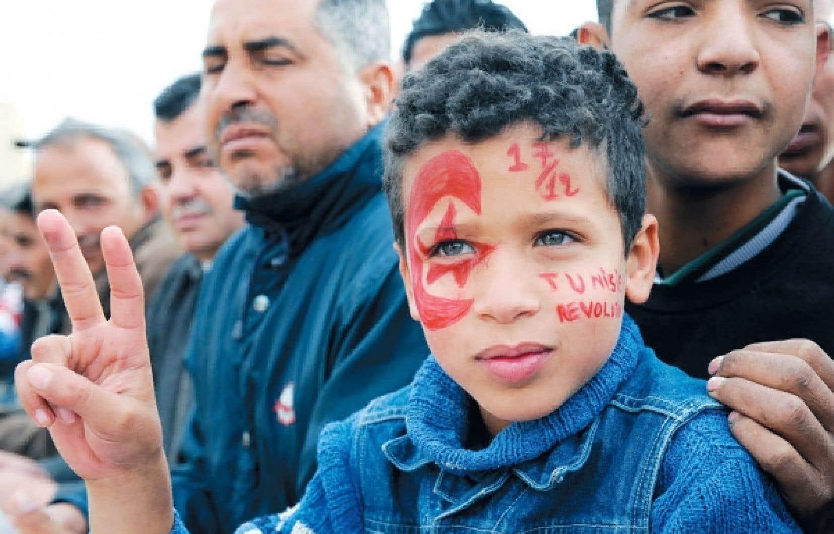 Le 17 décembre dernier, des milliers de Tunisiens se sont rassemblés à Sidi Bouzid, dans la ville où, un an auparavant, le jeune vendeur de fruits et légumes Mohamed Bouazizi s'était immolé par le feu pour protester contre sa situation et contre le harcèlement policier. Ce devait être l'étincelle qui déclencha la révolte à l'origine du printemps arabe.<br />